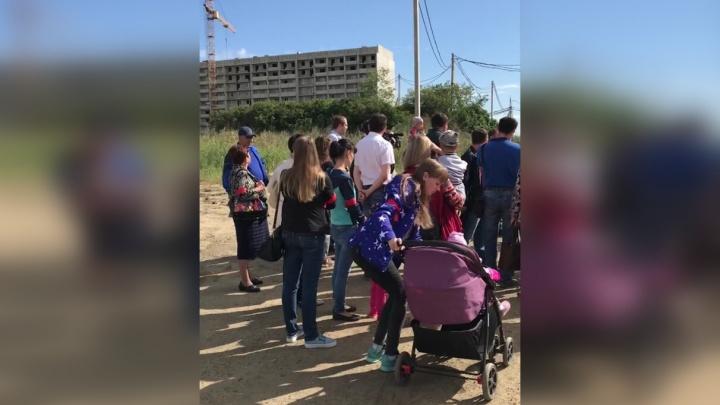«Растаскивают наши деньги»: дольщики «Чурилово Lake City» организовали дежурства возле недостроев
