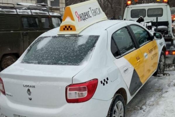 Такси увозят на эвакуаторе за нарушения