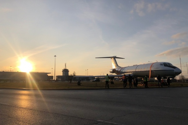 Такой вот самолет Ту-134 установили около Рощино. Спасибо погоде, что дала поставить памятник без проблем