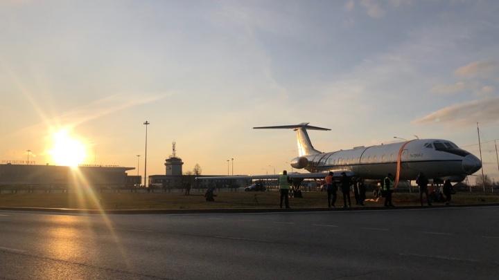 Легендарная «летающая корова» притащила в Рощино старый самолет. Смотрим, как это было