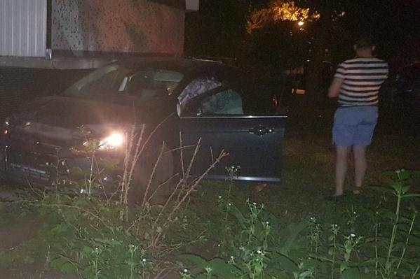 Водитель оставил машину под балконом