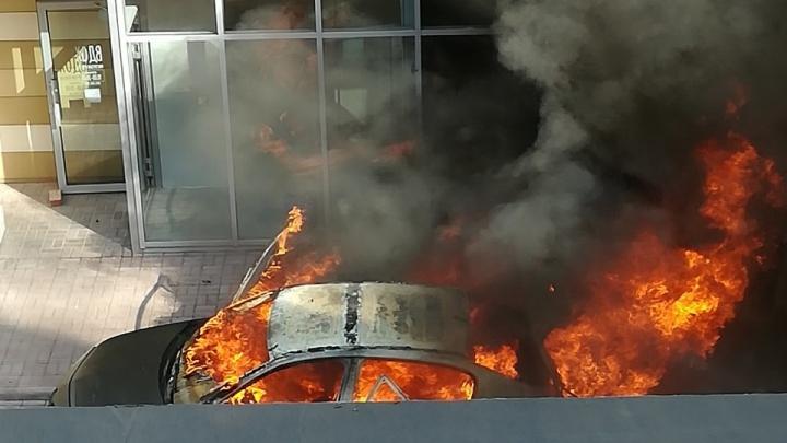 В центре Перми у ЖК «Астра» сгорел легковой автомобиль. Видео