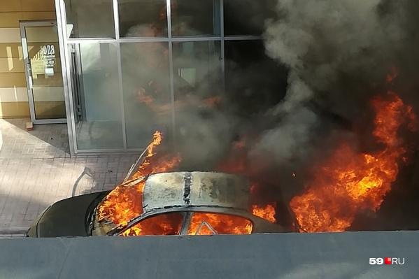 Огонь охватил всю машину