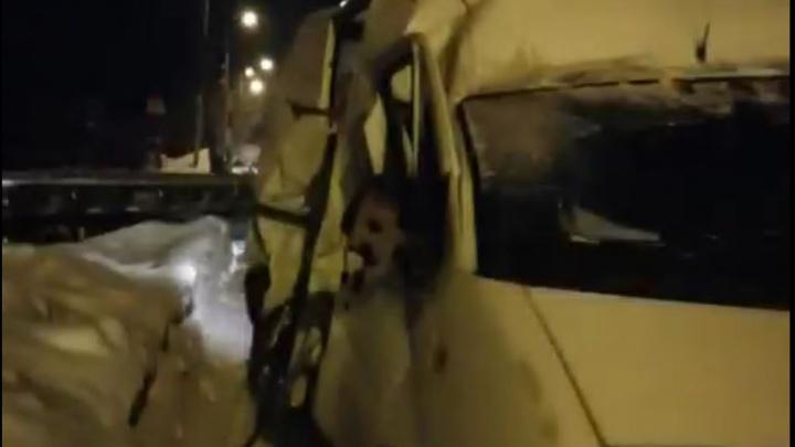 В Екатеринбурге поезд врезался в автофургон