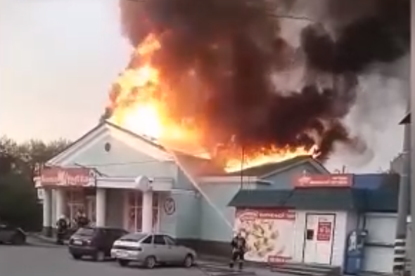 Огонь уничтожил крышу магазина