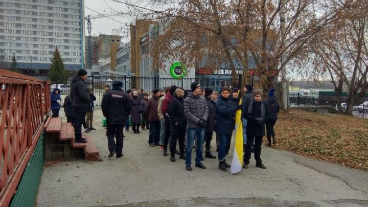 Новосибирцы с флагами пошли «Русским маршем» по Михайловской набережной
