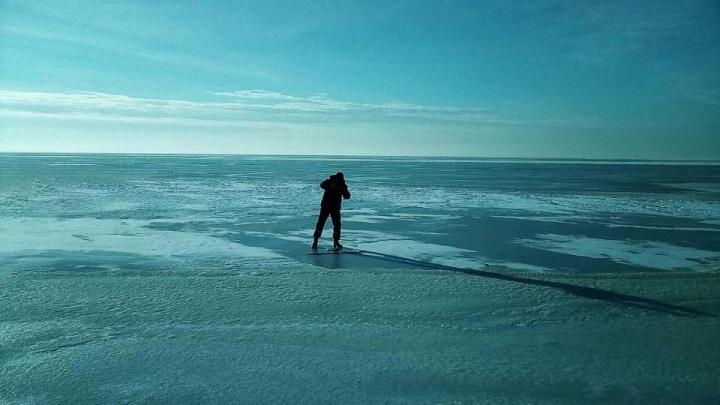 Прыгал на льду: тольяттинские спасатели достали из воды безумного путешественника