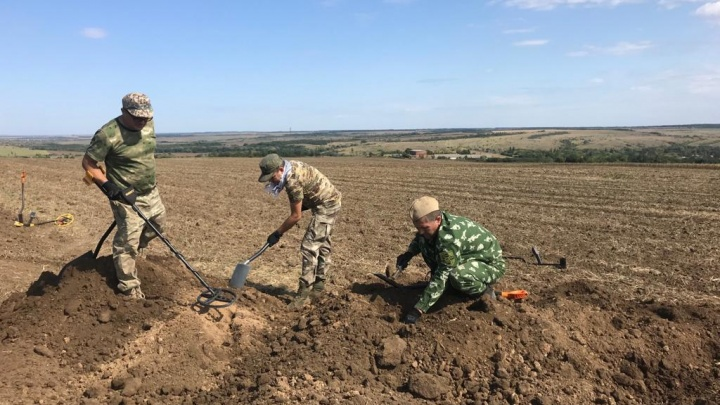 Лежал под колючей проволокой: ростовские поисковики обнаружили останки советского офицера