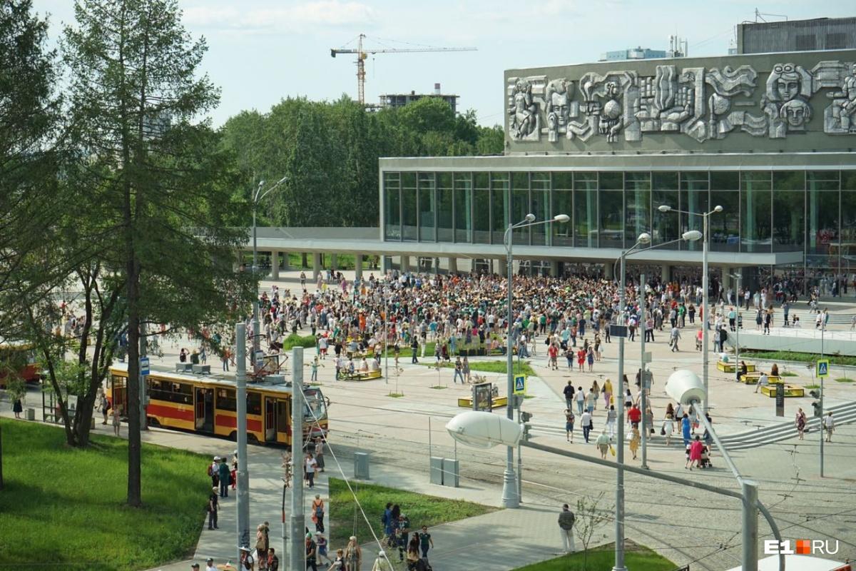 Люди в сомбреро захватили центр: шествие мексиканцев по Екатеринбургу в прямом эфире