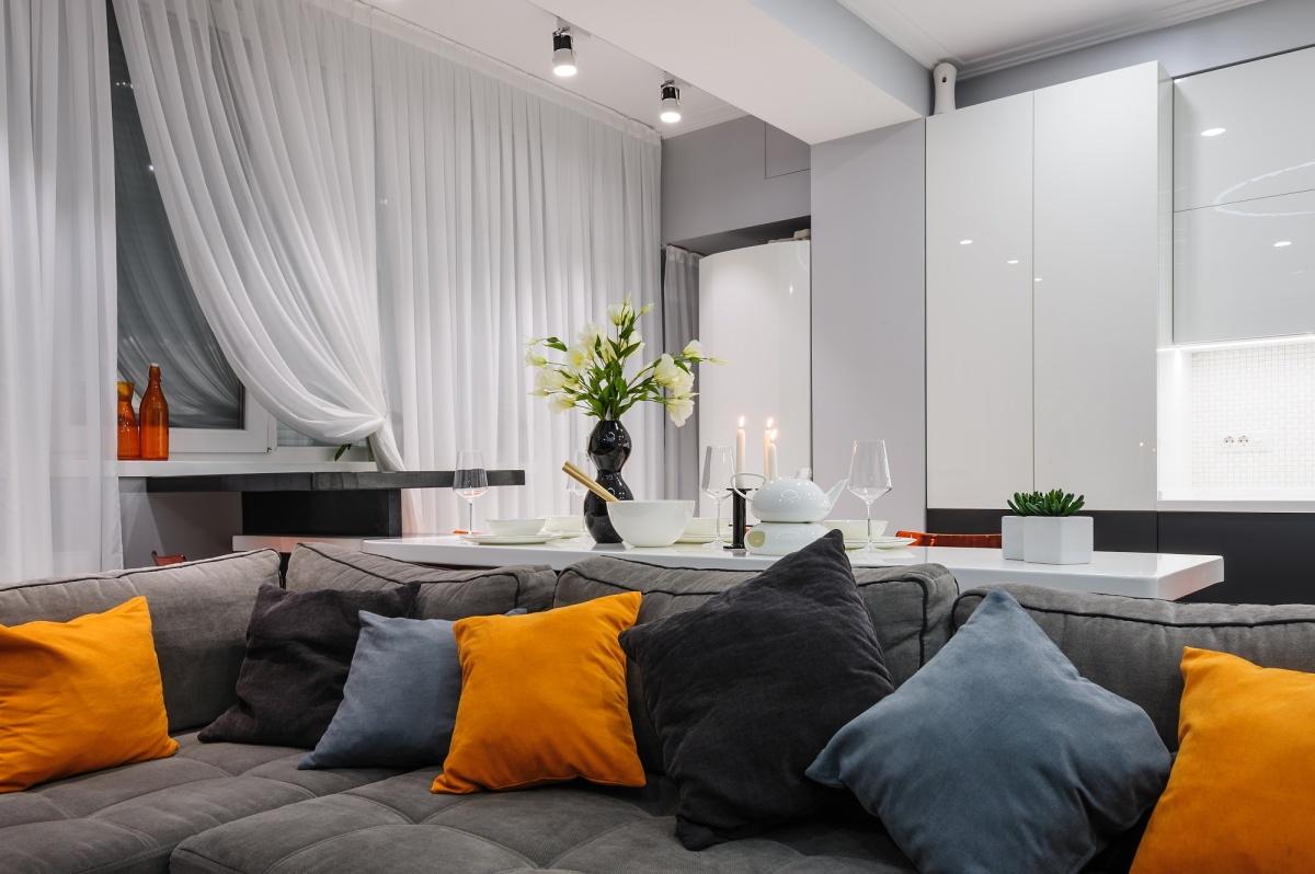 Обставить квартиру-студию можно бюджетно в едином стиле: минимум мебели, материалов для отделки и предметов декора