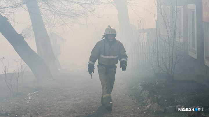 3-летнего малыша вытащили из горящего дома: мать оставила его с сестрой и ушла на работу