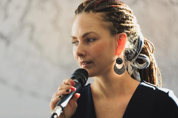 Многодетная мама, лидер группы «Прекрасный город», педагог по вокалу Анна Акимова делает выбор в пользу творчества, веганства и семейного обучения