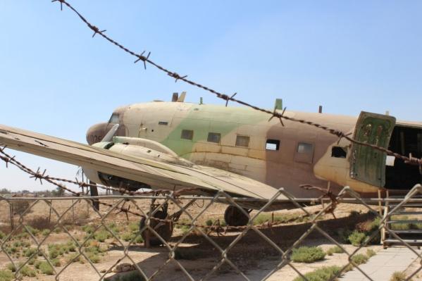 Самолет стоит в пустыне Негев в память о Войне за независимость