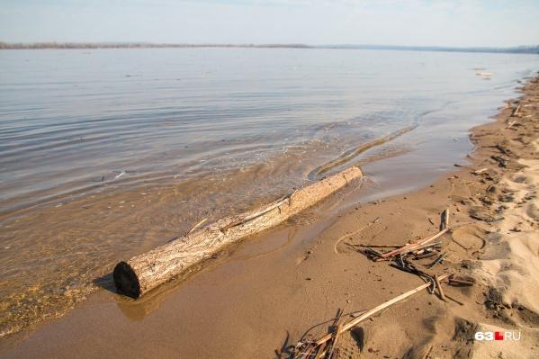 Вода подбирается к набережной