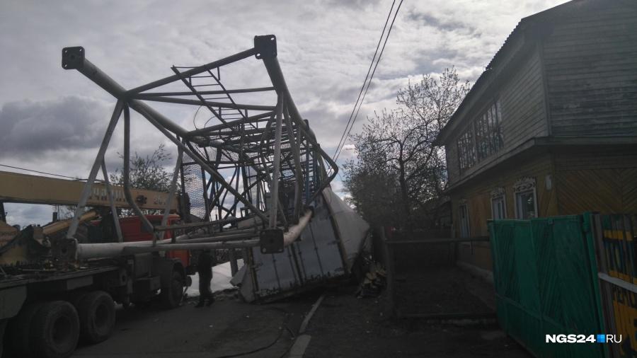 Башенный кран рухнул надом из-за сильного ветра вКрасноярске