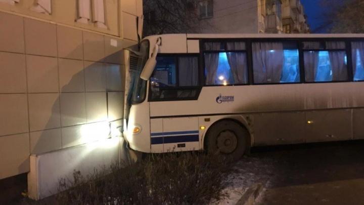 В Уфе автобус с 30 вахтовиками въехал в жилой дом
