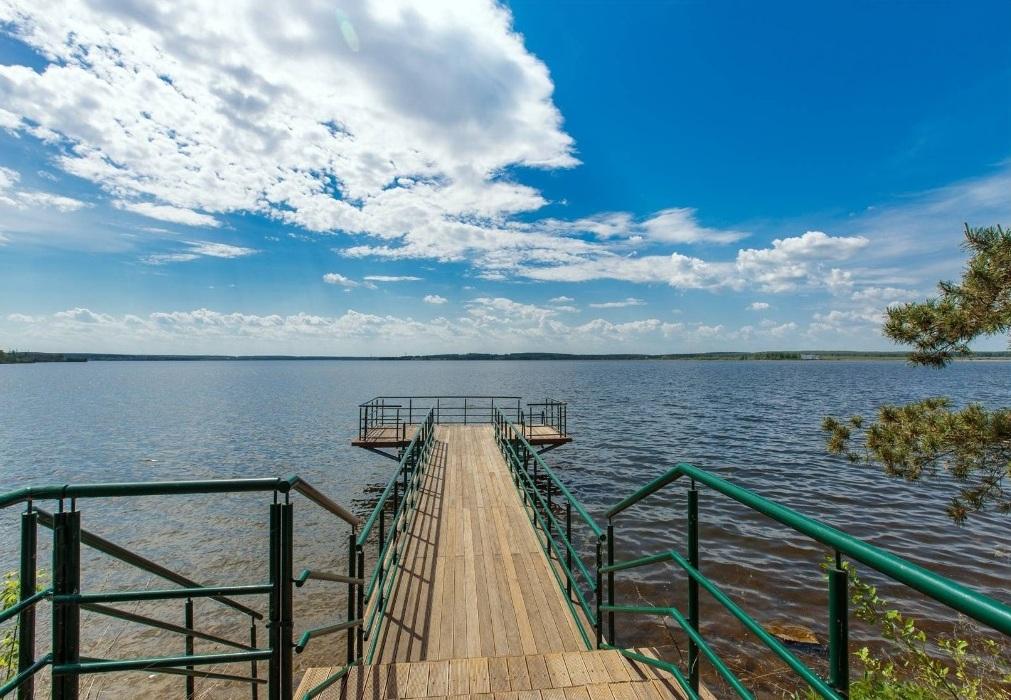 Средняя стоимость большого загородного дома на берегу озера под Челябинском составляет сейчас 26 млн рублей