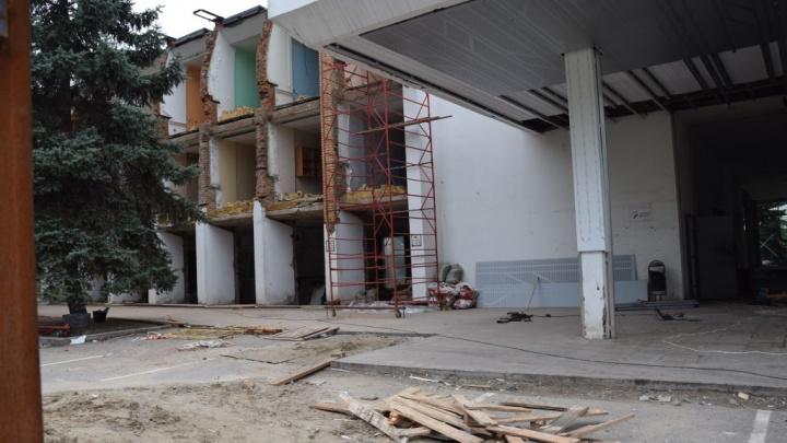 Собственника здания речного вокзала заставили восстановить всё, что он успел разобрать