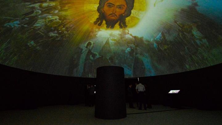 Виртуальная экскурсия Е1.RU: гуляем по огромному музею, который построили у цирка, за день до открытия