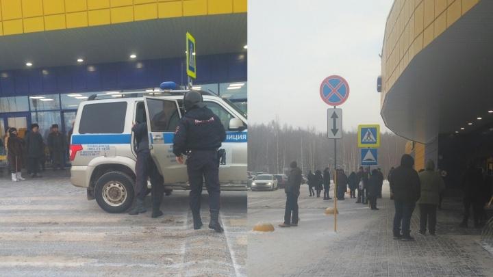 В здание вошли полицейские в касках: в Ярославле эвакуировали гипермаркет