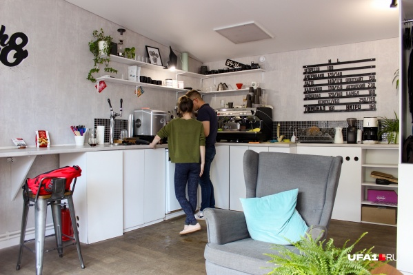 Обстановка внутри домашняя, как будто заходишь не в кафе, а на кухню к друзьям