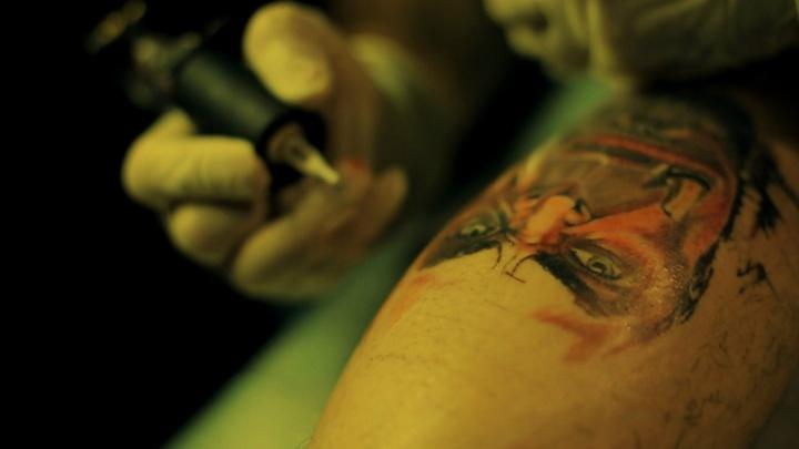 Жителя Ростовской области заставили замазать татуировку в виде нацистской свастики