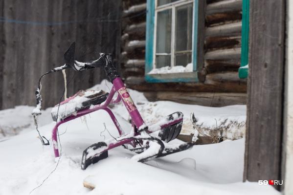 О том, что в сгоревшем доме в Березовке жили дети, сейчас можно судить лишь по снегокату, оставленному у входа