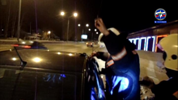 Трёхлетний мальчик застрял в «Киа Рио» рядом с автомойкой: мать вызвала спасателей
