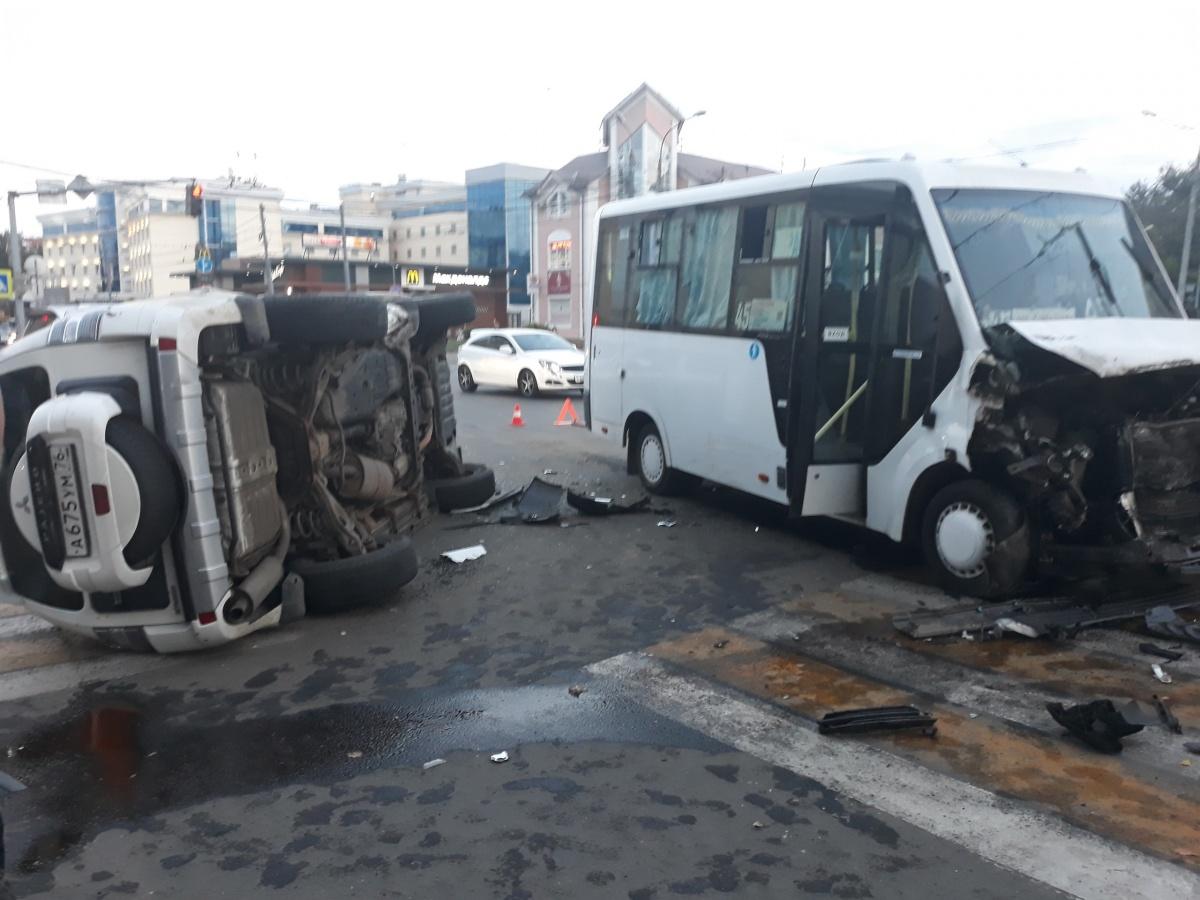 Врачи увезли в больницу водителя иномарки и восемь пассажиров маршрутки