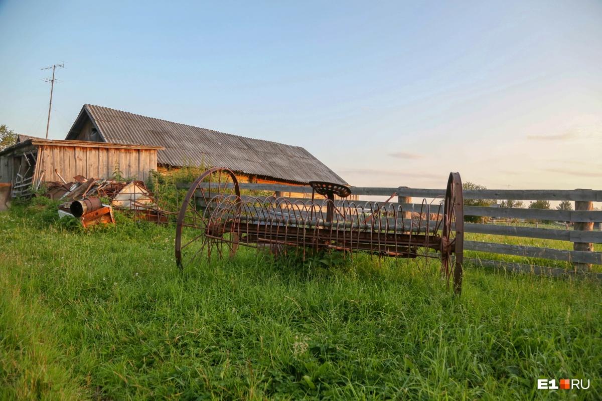 Сельскохозяйственной техники тут немного. И она осталась со времен СССР