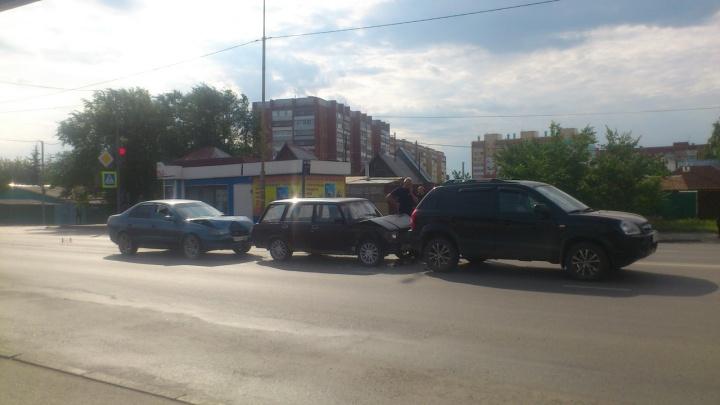 В Кургане водитель врезался в стоящие после ДТП автомобили. Одну из машин отбросило на пешехода