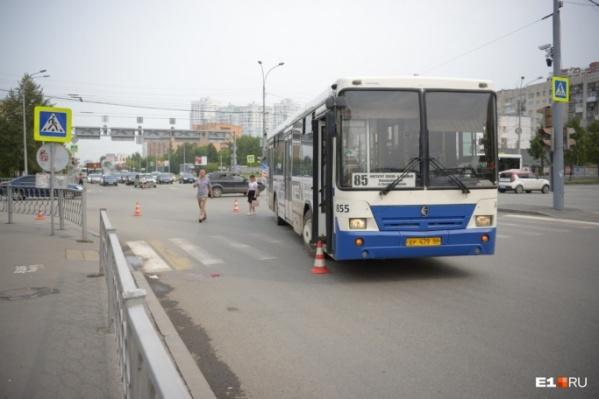 Автобус сбил людей, когда они шли по пешеходному переходу