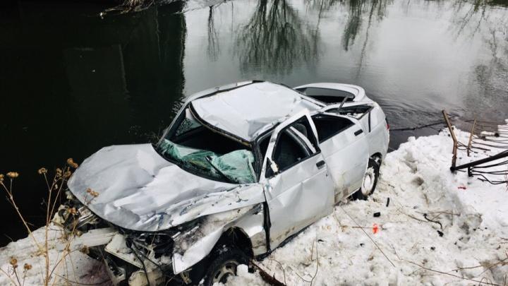«Потеряла сознание»: молодая девушка выжила после падения автомобиля с моста в Челябинской области