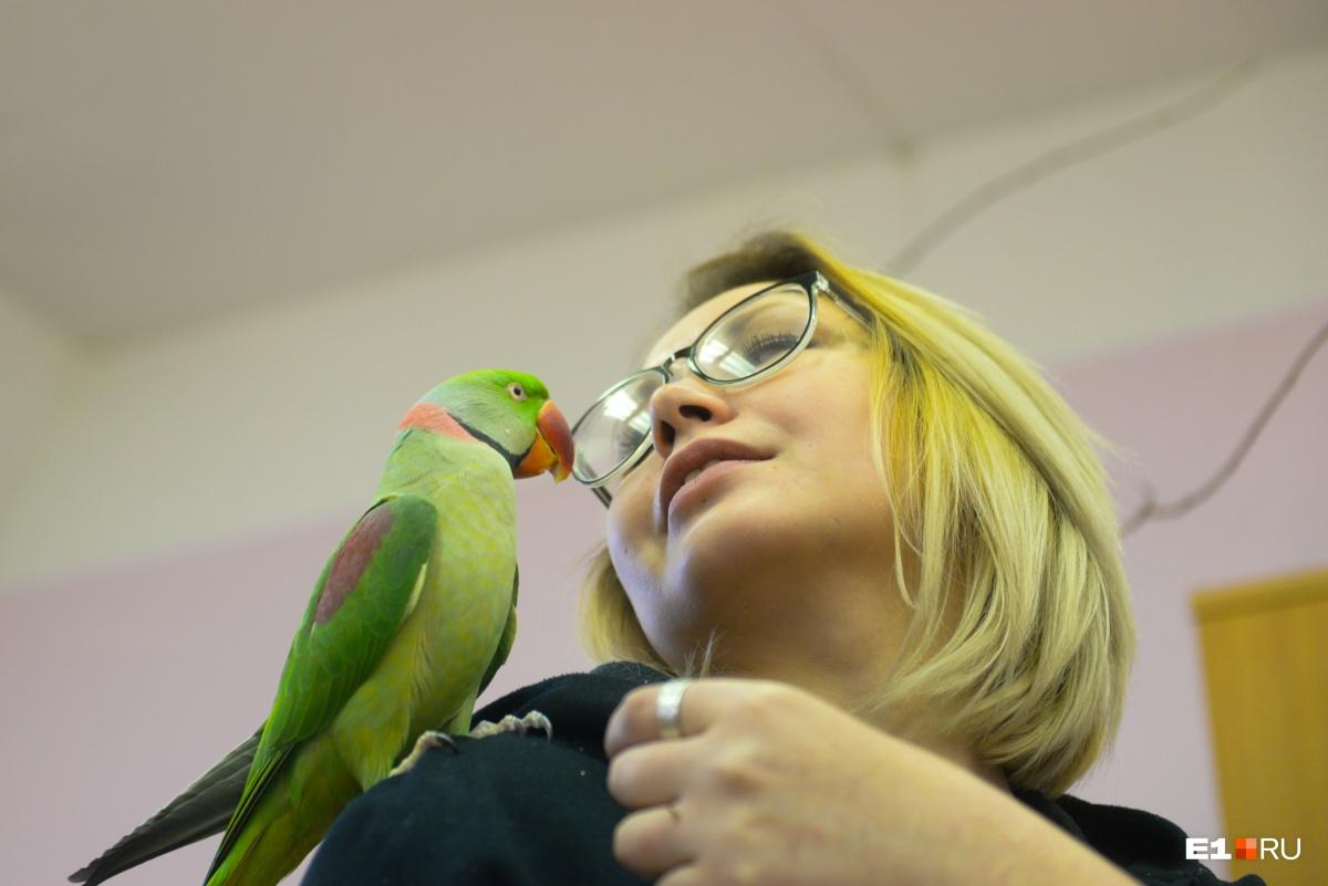 Начальник отдела прирученных животных Вера Колненская и ручной александрийский попугай Оскар