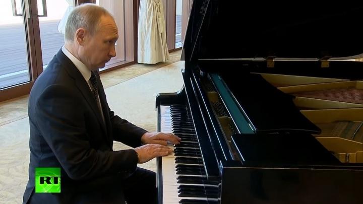 В ожидании встречи с лидером Китая Владимир Путин сыграл на рояле