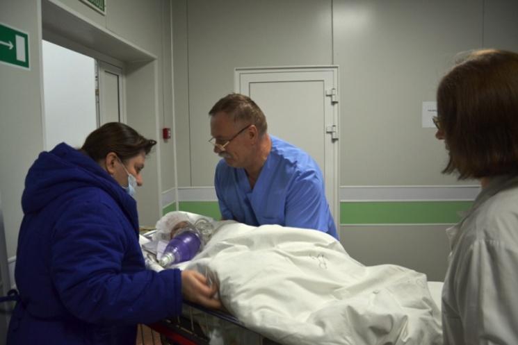 В тот же день его перевезли в московское НИИ неотложной детской хирургии и травматологии