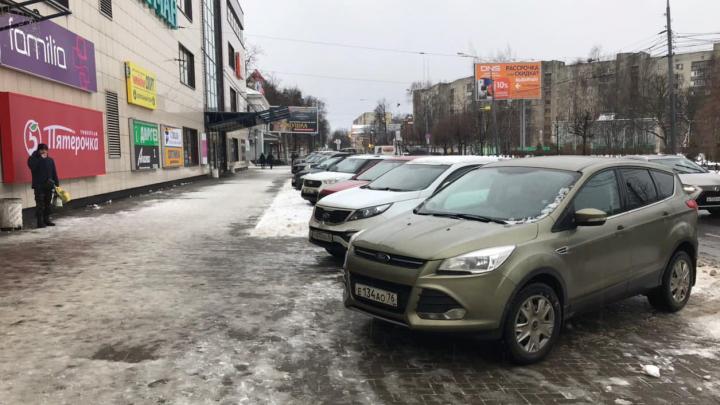 Фантомные боли: ярославцы продолжают ставить машины на тротуар, сделанный на месте парковки