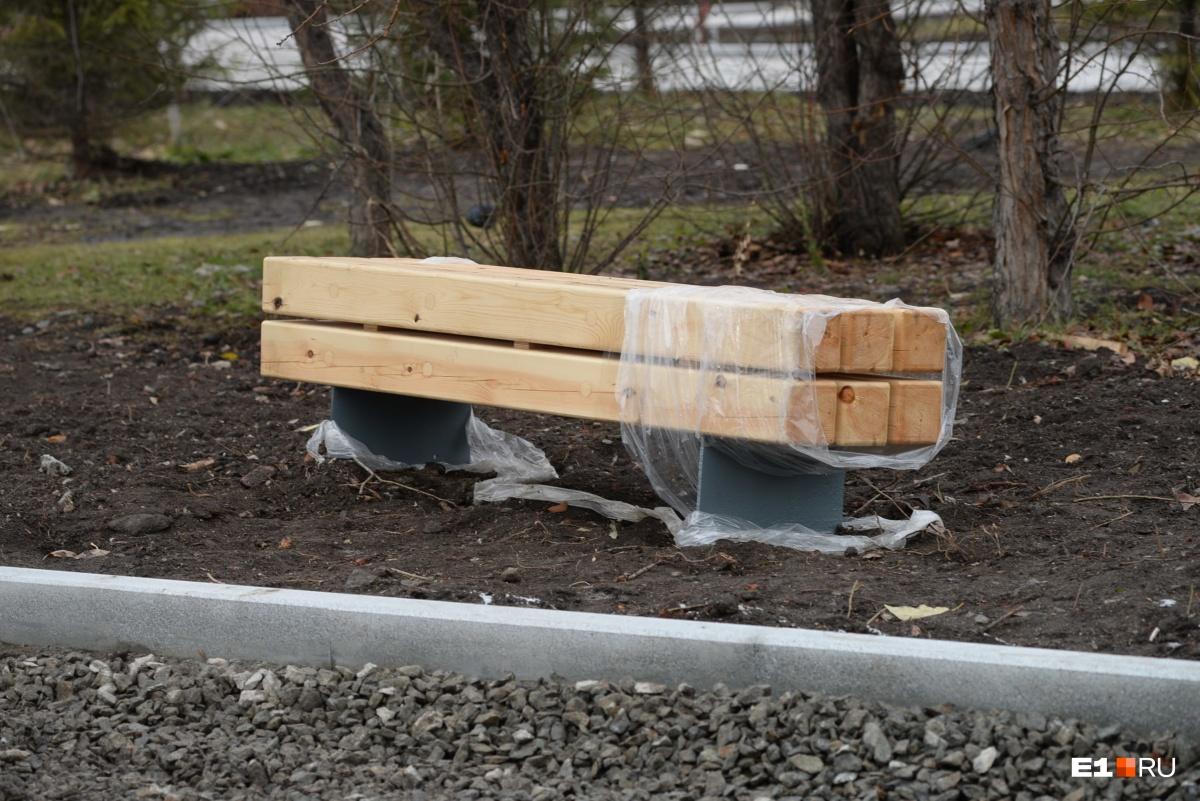 Про эти  скамейки-гробы мы рассказывали