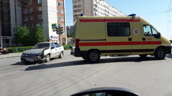 В Уфе водитель Daewoo Nexia въехал в машину скорой помощи