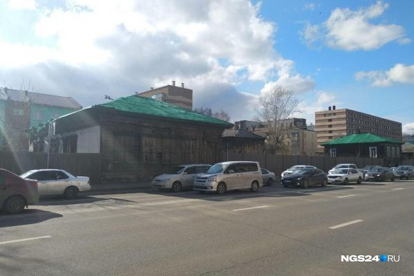 Зимой крыши домов затянули зеленой сеткой