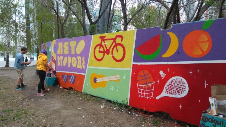 Художники разрисовали большой забор на Красном проспекте — теперь там нужно убрать мусор
