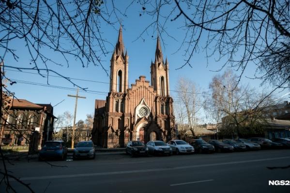 Пока католики делят здание с филиалом красноярской филармонии