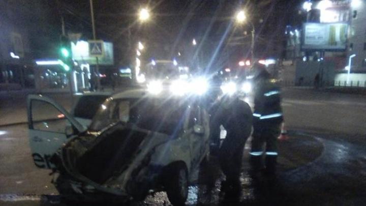 На улице Конева спасателям пришлось разрезать машину, чтобы достать пострадавшего в ДТП