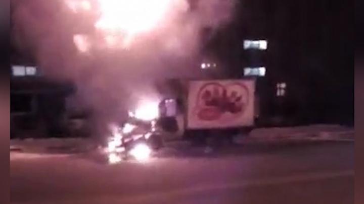 Пришлось несладко: загоревшаяся в Челябинске «Газель» с тортами попала на видео