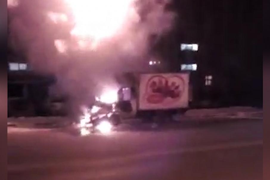 По словам очевидцев, водитель успел выскочить из загоревшегося автомобиля