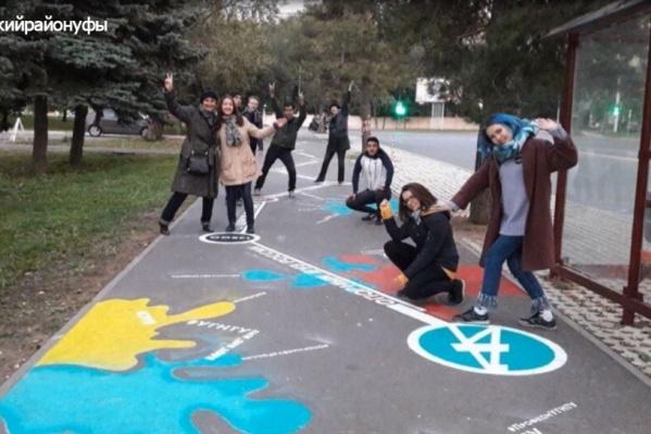 Студенты тоже рисуют на асфальте