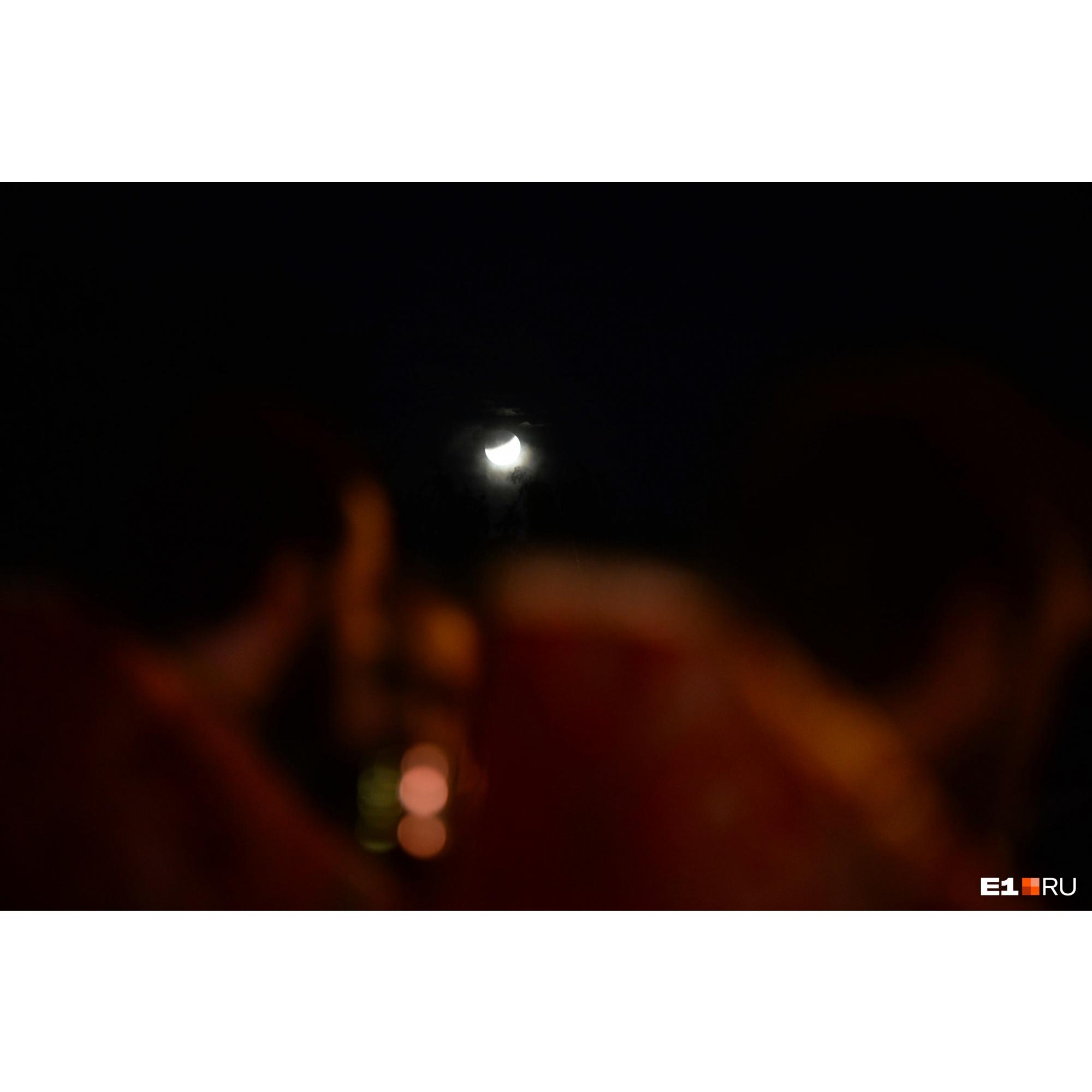 Лунное затмение за спинами священнослужителей: в Екатеринбурге этой ночью прошел крестный ход в память царской семьи