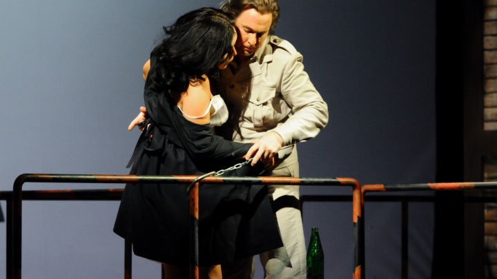 """Страсть, короткие платья и поцелуи: фоторепортаж E1.RU с репетиции """"жаркой"""" оперы """"Кармен"""""""
