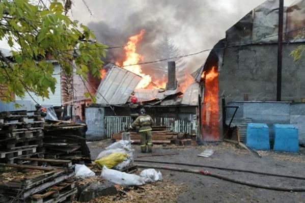 Огонь мог перекинуться на другие дома