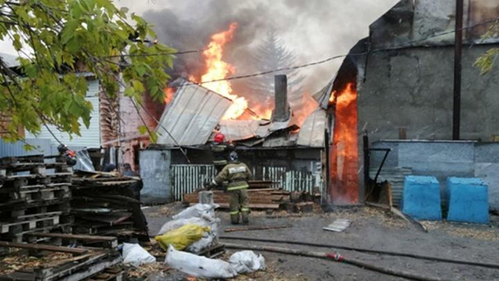 На Хилокской горят два частных дома: в одном взорвался газовый баллон